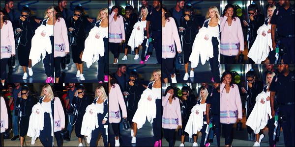 -07/09/2018- ─ Selena Gomez a été photographiée, alors, qu'elle arrivait à l'aéroport de « JFK » étant dans New-York C. !C'est en compagnie de son amie, Raquelle Stevens, que la belle chanteuse a été vue. Elle est désormais à N-Y pour la fashion week, surtout pour Coach.