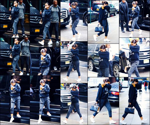 -10/09/2018- ─ Selena Gomez a été photographiée, alors, qu'elle se promenait dans les rues dans la ville dans New-York.C'est seulement accompagnée de son sac à main et de son café Starbucks que nous la retrouvons. Concernant sa tenue, c'est un petit top pour ma part.