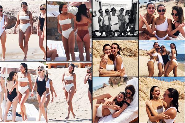 ''•-11/02/19-' : Selena Gomez a été vue alors qu'elle était sur la plage de « Cabo San Lucas » étant au - Mexique. La belle chanteuse était en compagnie de ses amies pour ce moment de plaisir à la plage ! Découvrez aussi les photos Instagram dévoilé..