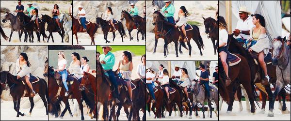 ''•-11/02/19-' : Selena Gomez a été photographiée alors qu'elle faisait du cheval sur la plage à Cabo San Lucas. La belle chanteuse Selena était en compagnie de ses amies pour ce moment de plaisir à la plage ! Concernant sa tenue, c'est un beau top.