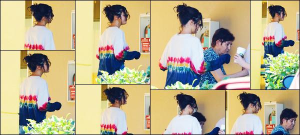 ''•-19/06/19-' : Selena Gomez a été aperçue alors qu'elle quittait un cabinet d'un dermatologue à Los Angeles ! La chanteuse Selena est également venue en aide à une femme âgée, pendant qu'elle se faisait photographiée. Concernant la tenue, bof.