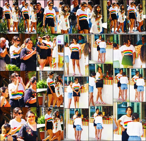 ''•-30/06/19-' : Selena Gomez a été vue alors qu'elle faisait du shopping à : « Sayulita Vilage », à Punta de Mita. La chanteuse S. a ensuite été photographiée alors qu'elle allait acheter des fruits. Concernant sa tenue, c'est un très beau top de ma part.