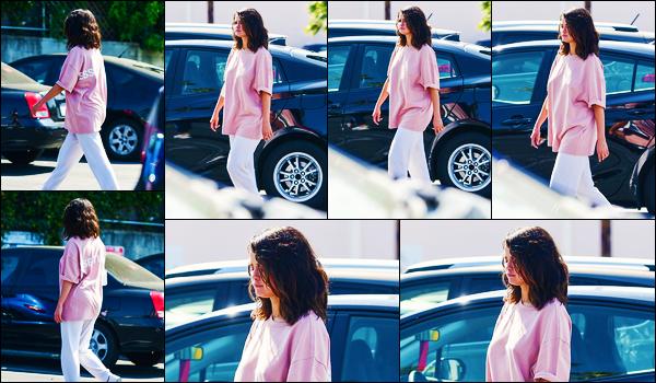 ''•-05/07/19-' : Selena Gomez a été aperçue alors qu'elle faisait du shopping avec des amies dans Los Angeles. La chanteuse Selena G. est donc de retour en Californie, après avoir fait un peu la fête, au Mexique... Concernant sa tenue, c'est un flop !