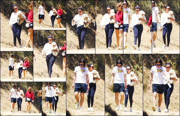 ''•-06/07/19-' : Selena Gomez a été aperçue, alors, qu'elle faisait une randonnée avec des amis, à Los Angeles. La chanteuse Selena G. était en compagnie également de son nouveau petit chien qui se prénomme : « Winnie » ! Sa tenue c'est un top !