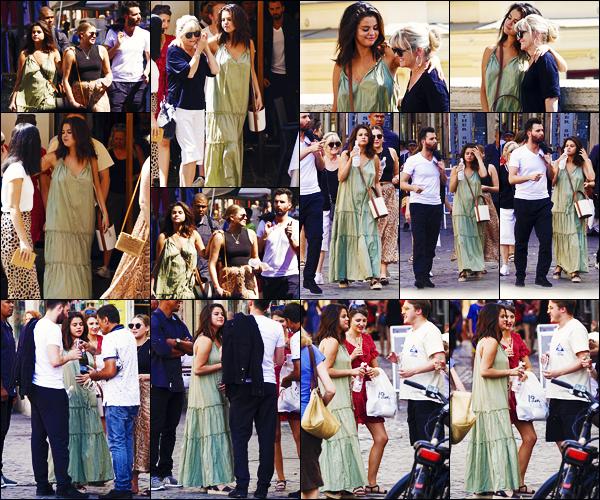''•-22/07/19-' : Selena Gomez a été photographiée alors qu'elle allait déjeuner chez « Pierluigi » à Rome, Italie. La belle chanteuse Selena célèbre donc ses 27 ans en Europe, plus précisément en Italie ! Concernant sa tenue, c'est un bof de ma part !