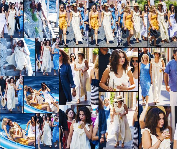 ''•-23/07/19-' : Selena Gomez a été photographiée, alors, qu'elle se promenait dans les rues de Capri en Italie. La belle chanteuse Selena G. est désormais à Capri toujours en Italie, avec quelques amis ! Selena est superbe, sa tenue est un beau top.