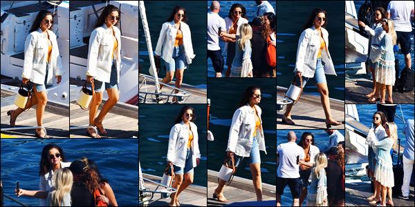 ''•-24/07/19-' : Selena Gomez a été aperçue alors qu'elle rejoignait un bateau sur la Côte Amalfitaine en Italie. La belle chanteuse Selena Gomez profite bien de ses vacances en Italie ! Concernant la tenue de celle-ci, c'est un beau top pour ma part !