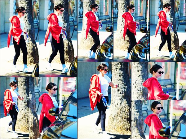 ''•-29/08/19-' : Selena Gomez a été photographiée alors qu'elle quittait son cours de gym étant à Los Angeles ! La belle chanteuse Selena rejoignait une voiture afin de rentrer chez elle ! Concernant la tenue de celle-ci, c'est un jolie top pour ma part !