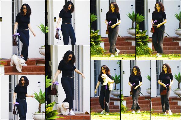 ''•-05/09/19-' : Selena Gomez a été photographiée, alors, qu'elle quittait le domicile d'une amie à Los Angeles. La belle chanteuse était accompagnée de son nouveau petit chien à la sortie du domicile de son amie. Concernant sa tenue, un jolie top !