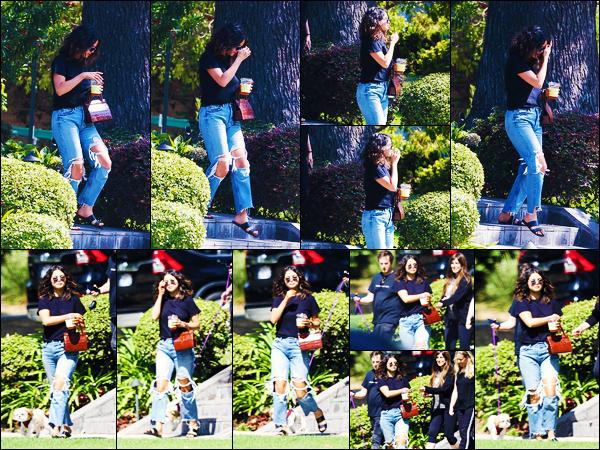 ''•-11/09/19-' : Selena Gomez a été photographiée, alors, qu'elle quittait le domicile d'une amie à Los Angeles. La belle chanteuse S. était en compagnie de plusieurs amies à la sortie du domicile ! Concernant sa tenue, c'est un jolie top de ma part !