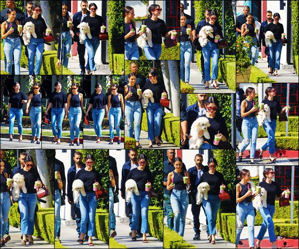 ''•-20/09/19-' : Selena Gomez a été photographiée, alors, qu'elle quittait le « Cha Cha Matcha » à - Los Angeles ! La belle chanteuse Selena Gomez était en compagnie de son chien et de ses amies... Concernant sa tenue, c'est un jolie top, de ma part !
