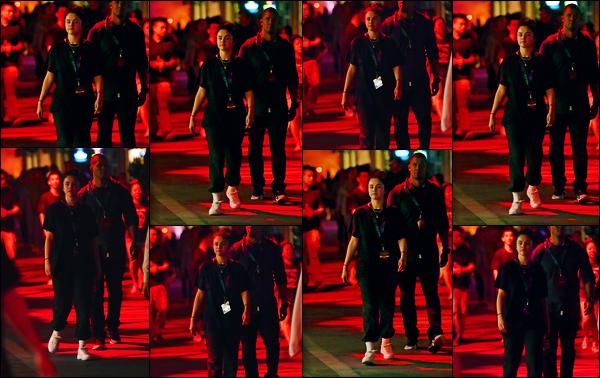 ''•-22/09/19-' : Selena Gomez a été aperçue alors qu'elle était au « Halloween Horror Nights » dans Los Angeles. La belle était en compagnie de ses amies, afin de s'amuser pour une attraction, en l'occasion de la prochaine fête d'Halloween en Octobre.