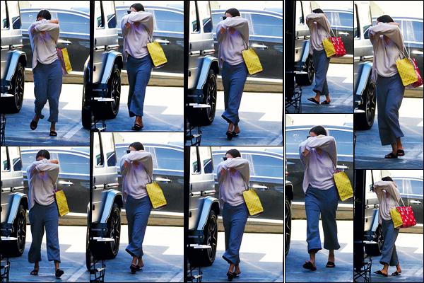 ''•-25/09/19-' : Selena Gomez a été aperçue alors qu'elle quittait le salon « Nine Zero hair » au West Hollywood. La belle qui n'avait visiblement pas l'air de vouloir se laisser prendre en photo, s'est donc rendue au salon, où elle a remis des extensions.