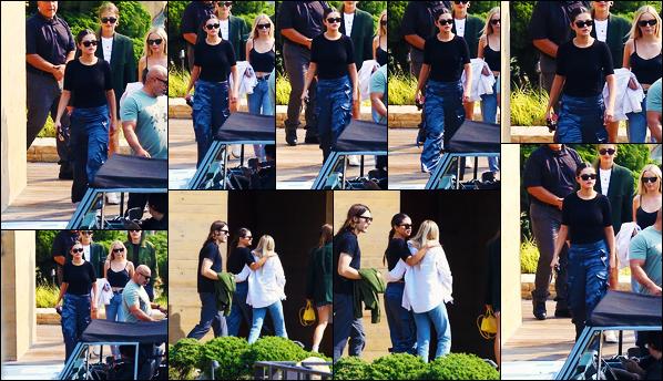''•-12/10/19-' : Selena Gomez a été photographiée alors qu'elle quittait le restaurant : « Nobu », étant à Malibu. La chanteuse Selena était en compagnie de ses amies cette journée là pour aller déjeuner ! Je ne suis pas très fan de son look... Un flop !