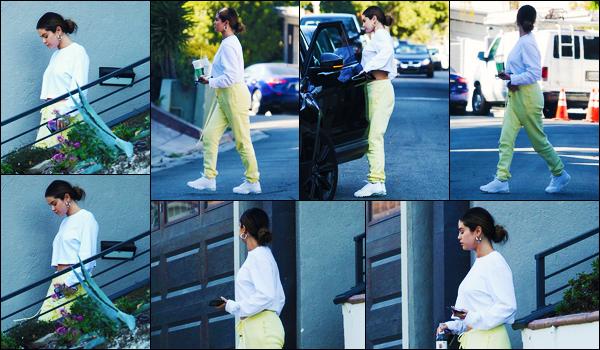 ''•-12/10/19-' : Selena Gomez a été photographiée alors qu'elle quittait le domicile d'une amie, à - Los Angeles. La chanteuse Selena G. avait donc changer de tenue après avoir déjeuner avec quelques amies et à adopter un look plutôt décontractée !
