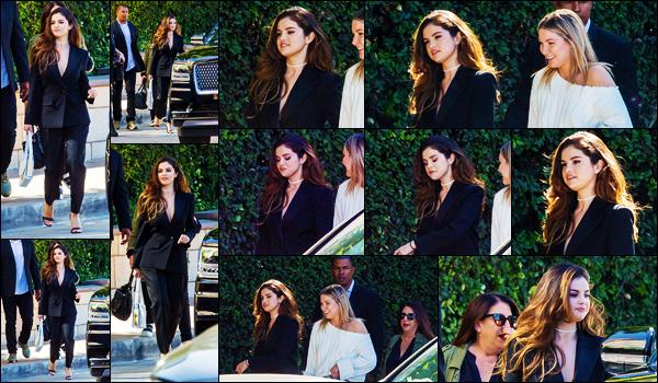 ''•-23/10/19-' : Selena Gomez a été photographiée, alors, qu'elle se rendait à une réunion d'affaire à - Burbank. La chanteuse S. est apparue le jour de la sortie de la sortie de son single, dans une tenue très élégante pour se rendre à Interscope ! Top.