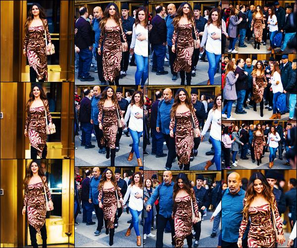 ''•-28/10/19-' : Selena Gomez a été photographiée alors qu'elle quittait les studios de « Z100 », dans New-York. La chanteuse est apparue dans une autre tenue, totalement différente de la première, elle l'a porte plutôt bien mais c'est un flop de moi...
