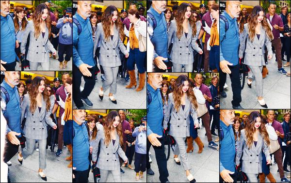 ''•-28/10/19-' : Selena Gomez a été aperçue alors qu'elle arrivait aux studios de : « Iheart Radio », à New-York. La chanteuse Selena G. arrivait à la célèbre radio avec un très large sourire, et une nouvelle tenue ! C'est un très beau top, pour ma part.