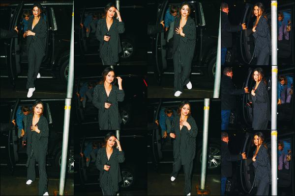 ''•-29/10/19-' : Selena Gomez a été aperçue alors qu'elle se rendait au restaurant « La Esquina », à - New-York. C'est pour aller dîner que nous retrouvons la chanteuse accompagnée également de ses amies dans la grosse pomme ! Un jolie petit top.