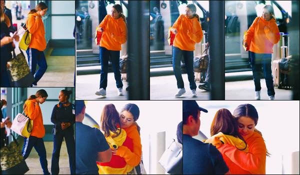 ''•-30/10/19-' : Selena Gomez a été photographiée alors qu'elle arrivait à l'aéroport de « JFK », dans New-York. Malgré un léger rhume, Selena s'est arrêtée pour une fan avant d'aller embarquée... Sa tenue est un flop, mais décontractée pour un vol !