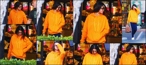 ''•-31/10/19-' : Selena Gomez a été photographiée, alors, qu'elle quittait le magasin « grocery » à - Los Angeles. Après quelques jours de promotion, Selly est donc de retour en Californie pour retrouver également sa famille ! Sa tenue est un gros flop.