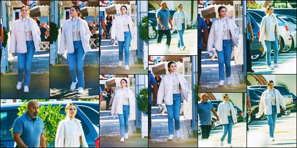 ''•-05/11/19-' : Selena Gomez a été aperçue alors qu'elle quittait « Brentwood Country Mark » dans Los Angeles. C'est pour faire quelques courses que nous retrouvons notre belle chanteuse Selly dans Los Angeles. Et c'est un jolie petit top côté tenue !