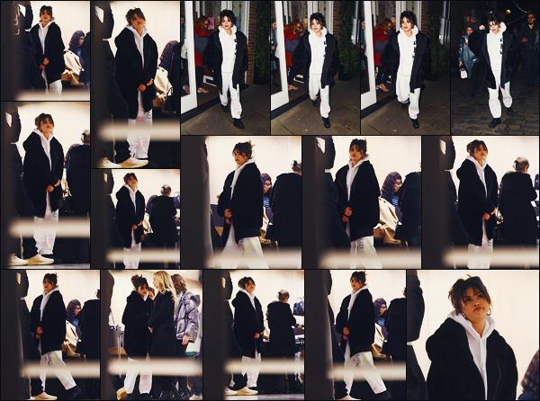 ''•-11/12/19-' : Selena Gomez a été photographiée alors qu'elle faisait du shopping dans un quartier, à Londres. C'est un gros manteau et une tenue plutôt décontractée contrairement aux autres, que la belle a été vue. C'est un petit top pour ma part !