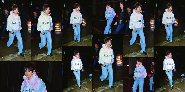 ''•-14/01/20-' : Selena Gomez a été photographiée alors qu'elle arrivait au « Bang Bang tattoo » dans New-York. C'est dans un sweat à l'effigie de son nouvel album que la belle Selena s'est rendue dans un salon de tatouage... Un gros top de ma part !