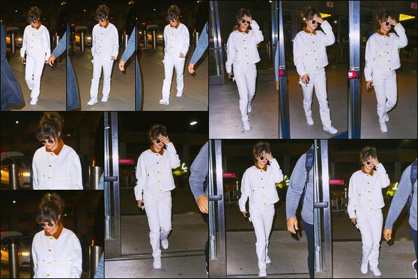 ''•-15/01/20-' : Selena Gomez a été photographiée alors qu'elle arrivait à l'aéroport de « JFK », dans New-York. Après avoir fait sa promotion dans la grosse pomme Selly a pris un envol, on ne connaît pas encore la destination. Promo encore ou pas ?