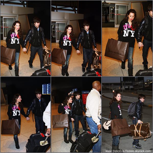 -   14/12/2008 : Ashley arrivant avec son petit-ami Jared à l'aéroport JFK de New-York.   -