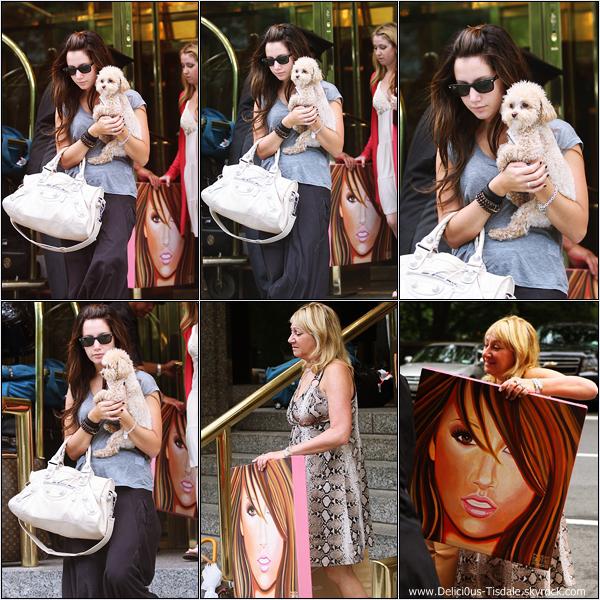 Ashley quittant l'hôtel Trump International en compagnie de sa maman Lisa, de sa soeur Jennifer et de sa chienne à New-York  ce Vendredi 31 Juillet.