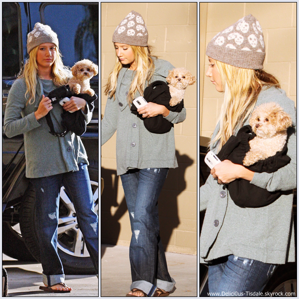 Ashley faisant du shopping chez Arte Fina Furniture avec sa maman Lisa et sa chienne Maui dans Sherman Oaks ce Mardi 03 Novembre.
