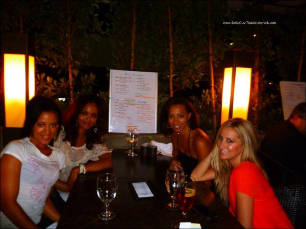 Ashley au restaurant Kiwami avec une amie et ses anciennes co-stars d'HellCats Sharon Leal et Heather Hemmens à Studio City ce Mardi 23 Août.