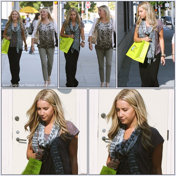 Ashley quittant le magasin Planet Blue avec sa maman Lisa à Beverly Hills ce Mercredi 14 Septembre.