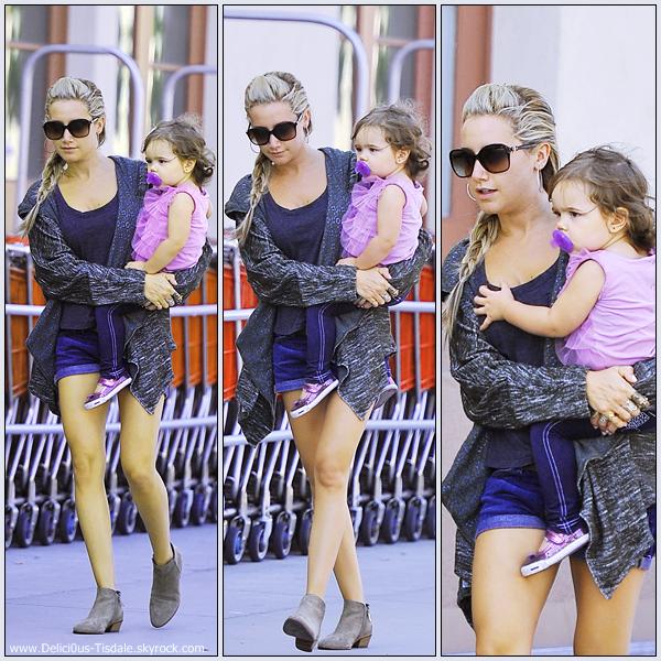 Ashley quittant l'épicerie Trader Joe's avec sa maman Lisa et sa nièce Mikayla à Toluca Lake ce Vendredi 16 Septembre.