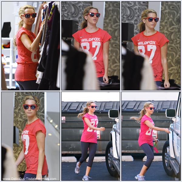 Ashley déjeunant dans un café à Los Angeles ce Dimanche 09 Octobre.