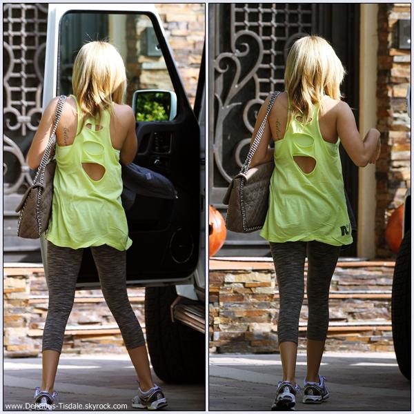 Ashley quittant le magasin Planet Blue à Beverly Hills ce Mercredi 19 Octobre.