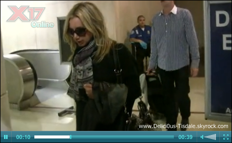 Ashley arrivant à l'aéroport LAX de Los Angeles avec son manager Bill Perlman ce Mercredi 26 Octobre.