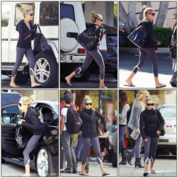 Ashley se promenant dans les rues de Los Angeles où elle a fait un arrêt chez Cafè Gratitude avec sa soeur Jennifer ce Jeudi 03 Novembre.