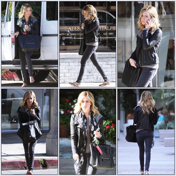 Ashley se promenant sur Robertson Blvd à Los Angeles ce Mardi 22 Novembre.
