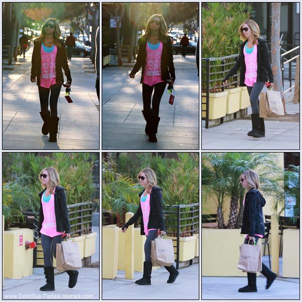 Ashley quittant le salon de coiffure Andy Lecompte à Beverly Hills ce Vendredi 09 Décembre.