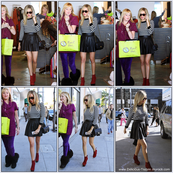 Ashley faisant quelques achats de Noël avec sa maman Lisa à Beverly Hills ce Vendredi 16 Décembre.
