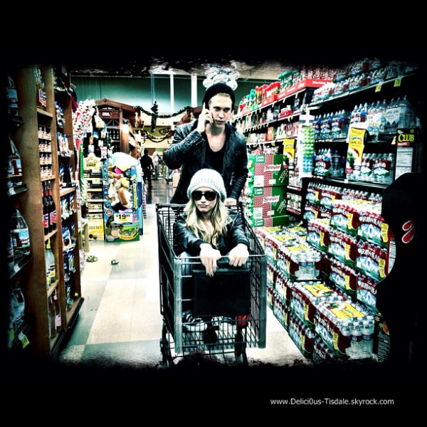 Ashley quittant le supermarché Ralph's avec ses amis Vanessa Hudgens et Austin Butler à Los Angeles ce Lundi 19 Décembre.