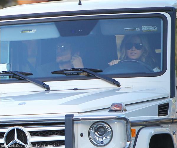 Ashley arrivant à l'aéroport LAX de Los Angeles en compagnie de Martin Johnson ce Lundi 02 Janvier.