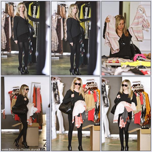Ashley faisant du shopping chez Planet Blue à Beverly Hills ce Mardi 10 Janvier.