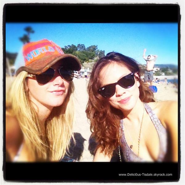 Ashley quittant la plage de Malibu en compagnie de son amie Kim Hidalgo ce Samedi 28 Janvier.