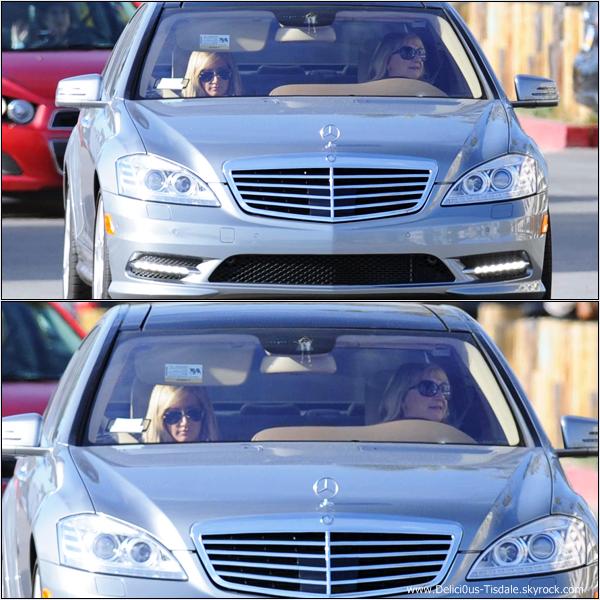 Ashley se promenant en voiture avec sa maman Lisa à Los Angeles ce Dimanche 19 Février.