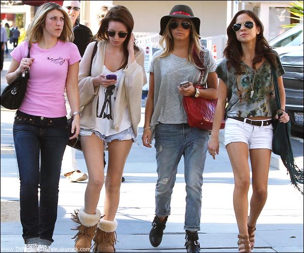Ashley se promenant dans les rues d'Hollywood ce Samedi 03 Mars.