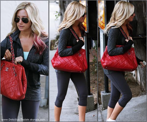 Ashley quittant un salon de coiffure dans West Hollywood ce Mercredi 29 Février.