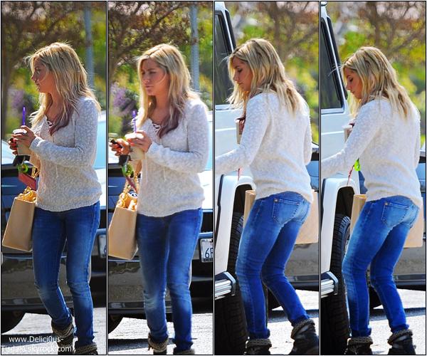 Ashley regagnant sa voiture dans les rues de Los Angeles ce Jeudi 15 Mars.